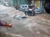 Video : कैमरे में कैद : नदियों में तब्दील हुईं मथुरा की गलियां, बाइक भी बही
