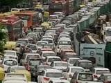 बारिश में सड़कों पर रेंगती दिल्ली