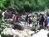 Video : टिहरी में जान हथेली पर रखकर रास्ता पार करते लोग