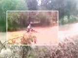 Video : नैनीताल : तेज बहाव में बहा बाइक सवार, गांववालों ने बचाई जान