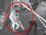 Video : कैमरे में कैद : पूर्वी दिल्ली में घर के बाहर युवती के गले से चेन छीनी