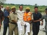Video: इंडिया 9 बजे : सीएम शिवराज को पुलिसवालों ने गोद में उठाकर दी 'लिफ्ट'