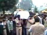Video : कश्मीर : पुलवामा में आतंकियों ने पुलिसकर्मी को गोली मारी, मौत