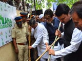 Video: When Fadnavis and Amitabh Bachchan Picked Up Brooms For a Maha Clean-Up