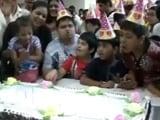Video : जन्मदिन मनाने गुजरात पहुंचे पीएम नरेंद्र मोदी, गांधी नगर में मां से लिया आशीर्वाद