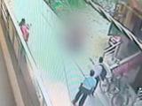 Video : दिल्ली में दिनदहाड़े युवक ने युवती को चाकुओं से गोदा