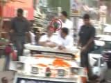 Video : उत्तर प्रदेश : सीतापुर मे रोडशो के दौरान राहुल गांधी पर फेंका गया जूता