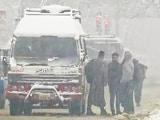 उत्तर भारत में कड़ाके की ठंड, पहाड़ी इलाकों में हो रही जमकर बर्फ़बारी