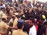 Video : Police Evicting Jallikattu Protesters From Chennai's Marina Beach