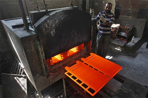 Manufacturing Likely Rose in April; CPI Eased in May: Poll
