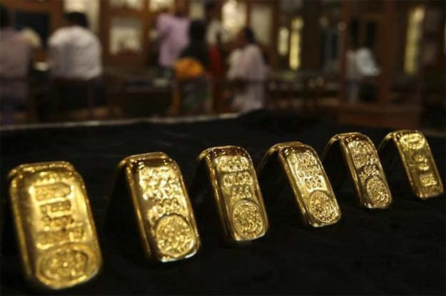 Gold Climbs To One-Month High On Weaker Dollar, Oil