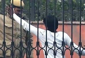 'आप' ने जारी किया पुलिस की 'बर्बरता' का वीडियो, तीन पुलिसकर्मी निलंबित