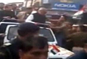 हरियाणा के मुख्यमंत्री हुड्डा को रोड शो के दौरान युवक ने थप्पड़ मारा