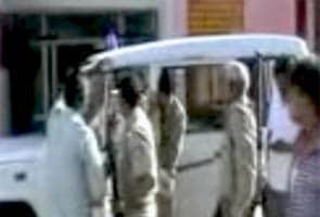 सपा कार्यकर्ताओं ने चुनाव ड्यूटी में लगे पुलिसवालों की पिटाई की