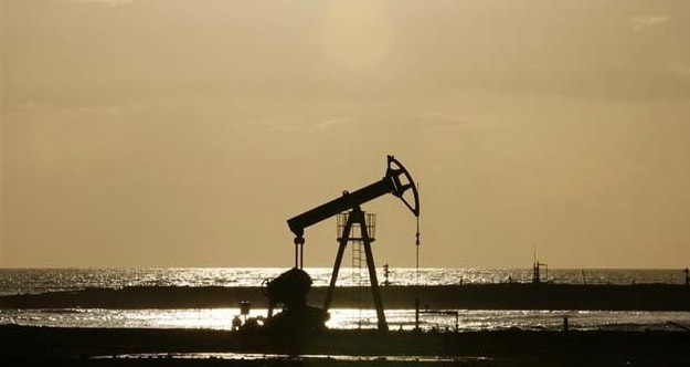 Oil Declines in Thin, Volatile Trading