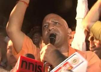 भाजपा के स्टार प्रचारक योगी आदित्यनाथ ने लखनऊ में रैली पर पाबंदी के बावजूद लोगों को संबोधित किया
