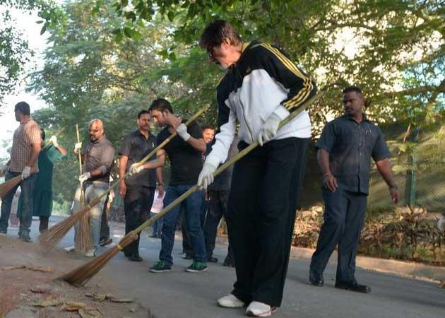 Swachh Bharat: Amitabh Bachchan Sweeps Mumbai Street