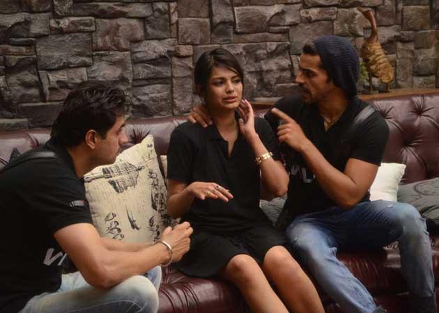 Catfight on Bigg Boss 8: Sonali Raut Breaks Down