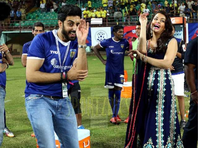 Aishwarya Rai Bachchan Gets a 'Snakes Dance' Lesson From Husband Abhishek