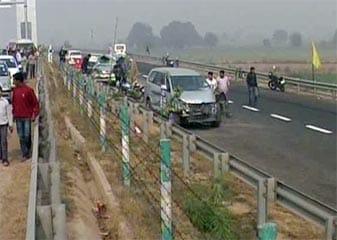 कोहरे की वजह से यमुना एक्सप्रेसवे पर एक-दूसरे से टकराती चली गईं 35 गाड़ियां, दो मरे