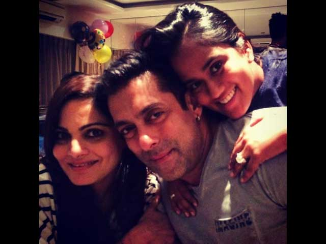 Salman and Khan-daan Celebrate Mother's Birthday at Arpita's New Home