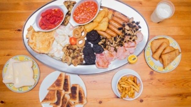 Britain's Biggest Breakfast - 59 Items & 8000 Calories!