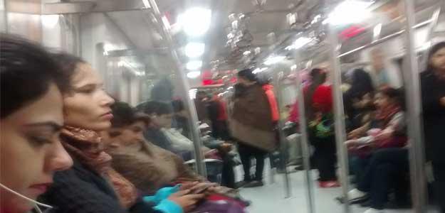 मेट्रो के महिला कोच में महिलाएं
