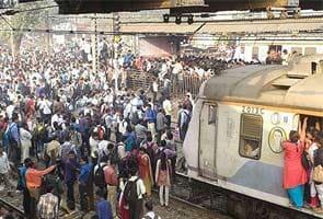 तकनीकी खराबी के चलते मुंबई सेंट्रल रेलवे सेवाएं प्रभावित, लोगों का पथराव, पुलिस का लाठीचार्ज