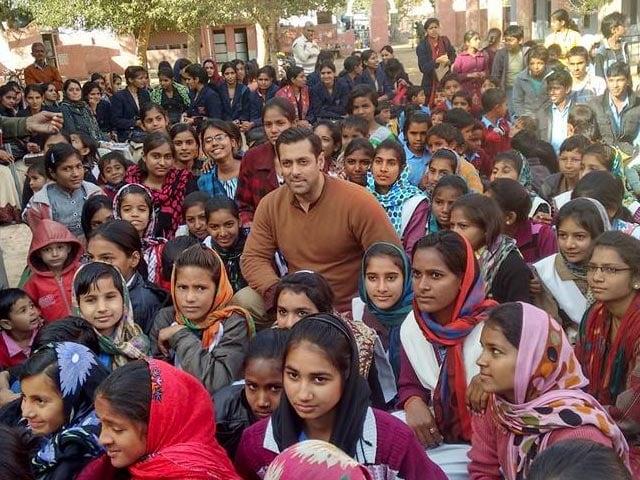 Salman Khan Surprises School Children on the Sidelines of Bajrangi Bhaijaan Shoot