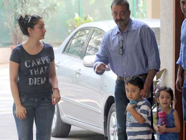 जेल जा रहे संजय दत्त को महाराष्ट्र सरकार से मिली राहत, घर लौटे