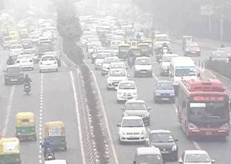 खतरनाक स्तर पर दिल्ली का प्रदूषण, सांस लेना 30 सिगरेट पीने के बराबर