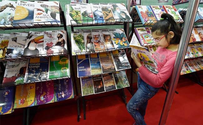 दिल्ली पुस्तक मेले में उमड़े बुक लवर