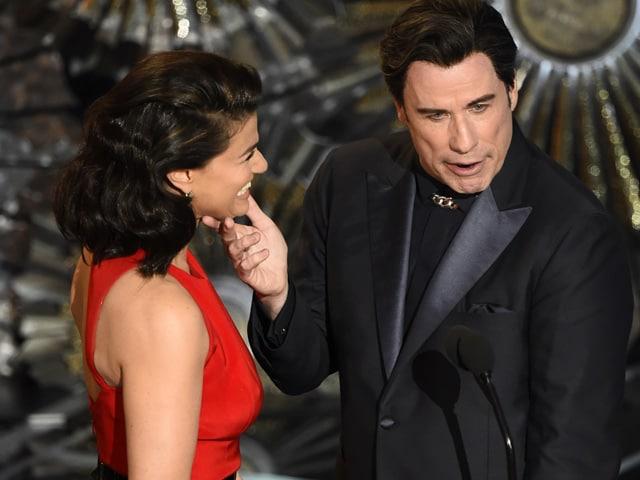 Oscars 2015: John Travolta Creeps Out Scarlett, Idina and Twitter