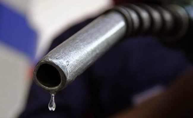 सरकार ने पेट्रोल, डीजल पर उत्पाद शुल्क फिर बढ़ाया, लेकिन नहीं बढ़ेंगे खुदरा दाम