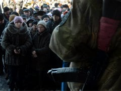 Trapped by Rebel Assault, Ukrainians Stay Under Dead Town