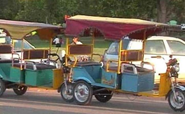 Woman Delivers Baby at Hospital Gate in E-Rickshaw