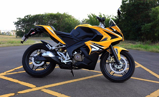 Bajaj Pulsar RS 200 side profile picture