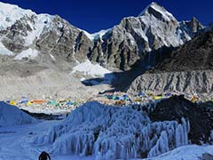 Earthquake Triggers Everest Avalanche, Climbers at Risk