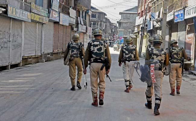जम्मू कश्मीर : कुलगाम में सीआरपीएफ शिविर पर आतंकवादियों ने गोलीबारी की