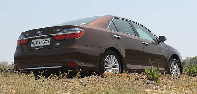 Toyota Camry Hybrid Delivers a Fuel Efficiency of 19.6km/l