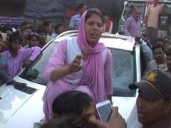 आगरा : सपा नेता के सुरक्षाकर्मी ने की छेड़छाड़, महिला ने गाड़ी पर चढ़कर किया प्रदर्शन