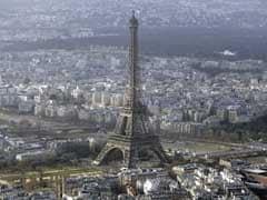 फ्रांस में एफिल टॉवर पर थैला लेकर चढ़ते दिखे संदिग्ध, घंटों बंद रहा स्मारक
