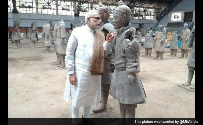 'You Talking to Me?' Twitter Hearts This Photo of PM in China