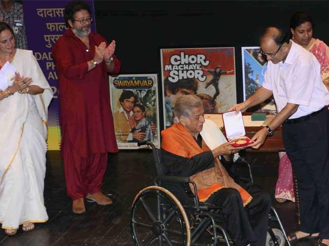 Shashi Kapoor Receives Dadasaheb Phalke Award, Applauded by Family and Friends