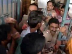भागलपुर यूनिवर्सिटी में जितेंद्र तोमर का विरोध, गुस्साए छात्रों ने फेंके अंडे