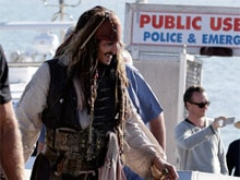 <i>Wizard of Oz</i>: Johnny Depp, Dressed as Captain Jack Sparrow, Takes Selfies With Fans