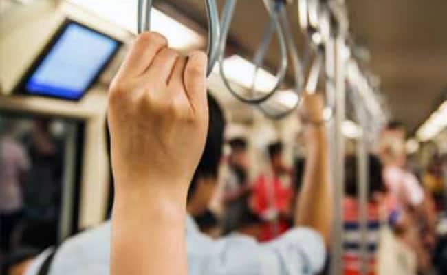 दिल्ली : राजीव चौक स्टेशन पर मेट्रो किराए में वृद्धि के खिलाफ प्रदर्शन