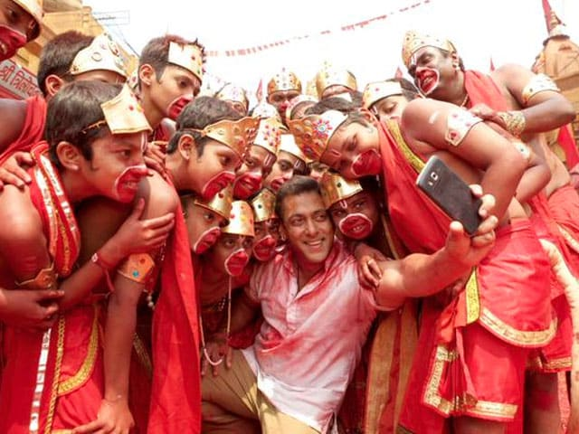 In Selfie Le Le Re Song, Salman's Epic Picture With His Bajrangi Bhaijaans
