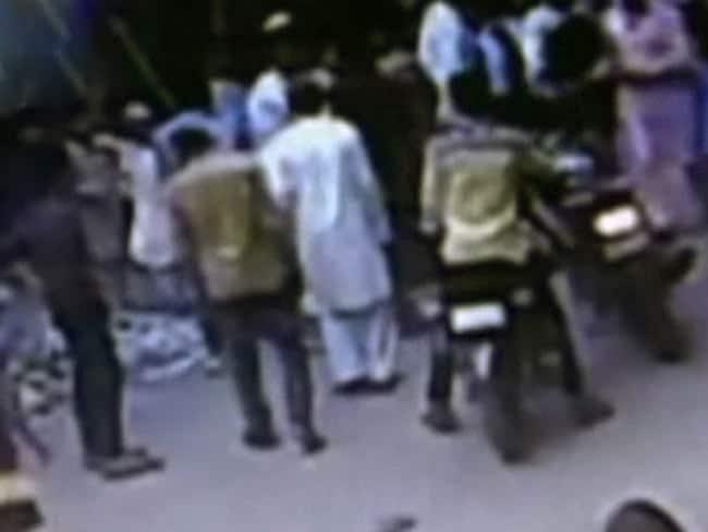 दिल्ली : सीसीटीवी में कैद हुई रोडरेज की वारदात, युवक को घोंपा चाकू