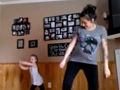 चूकिए मत, आप भी देख लीजिए : फेसबुक पर वायरल हो रहा है मां-बेटी का यह डांस...